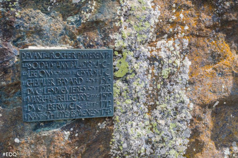 la plaque rappelant les faits historiques averes et moins averes du rocher annibal