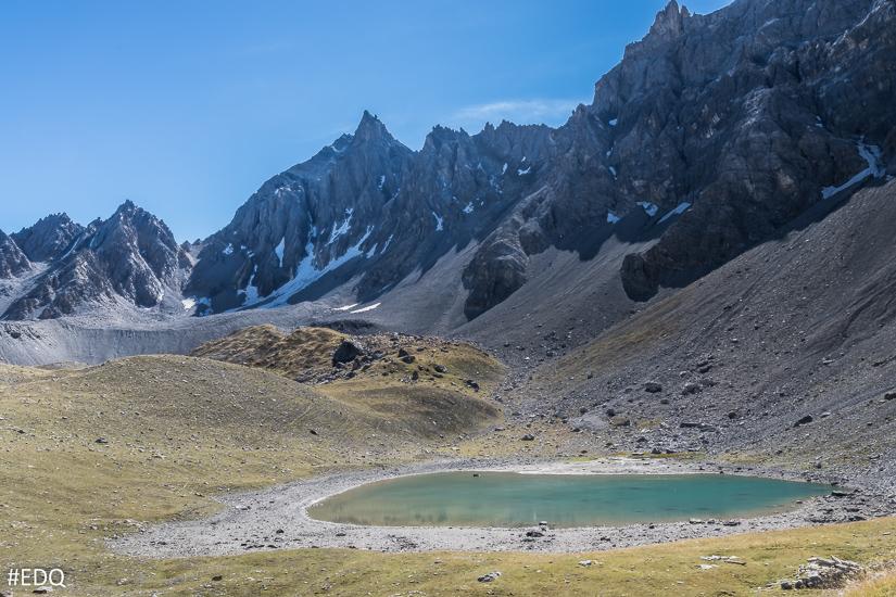 Le lac des Rouites sous la crête des Veyres