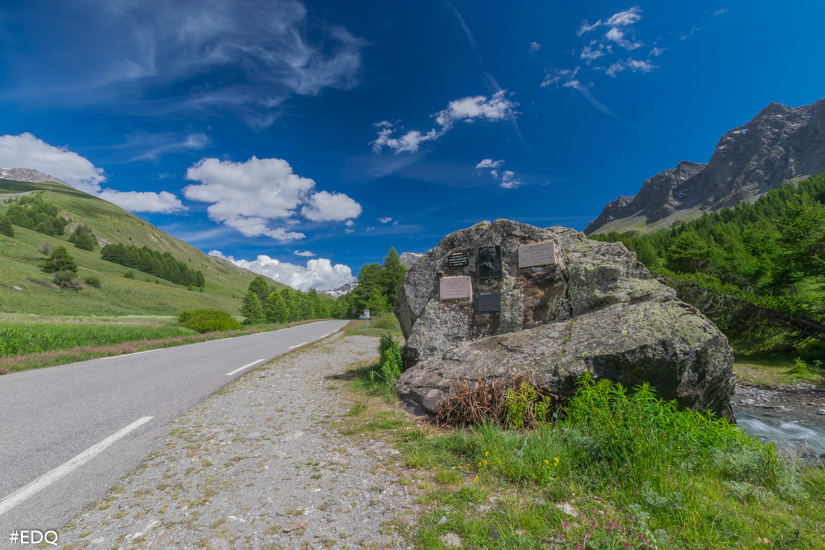 le rocher annibal au bord de la route du col agnel