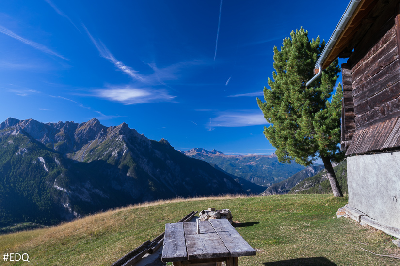 Table au soleil et panorama au Queyron