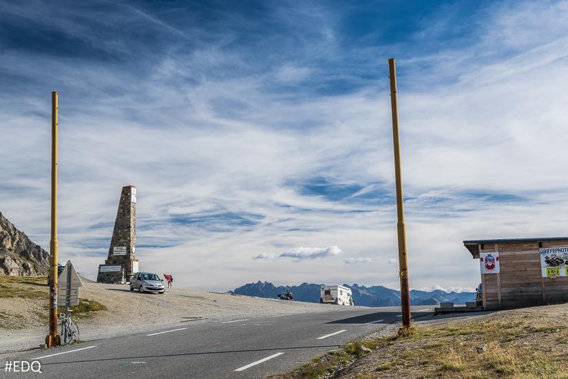 Arrivée au Sommet du Col Izoard : les poteaux du Tour de France, le musée et la stelle