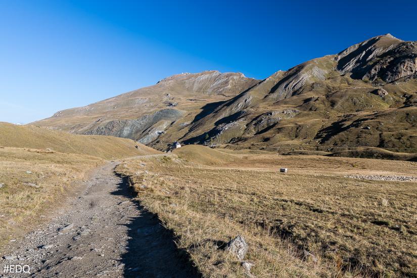Sur la route d'accès au lac de la Blanche : vue sur la Chapelle de Clausis