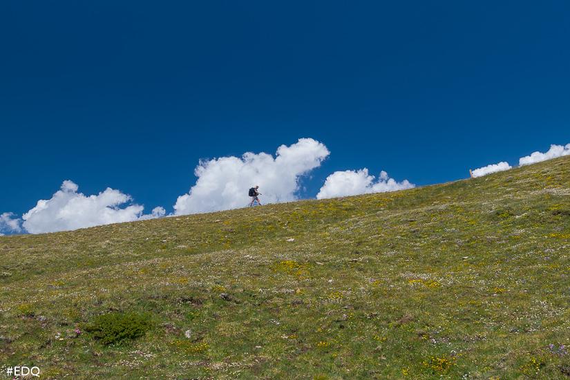 un homme dans les nuages au co clot du loup