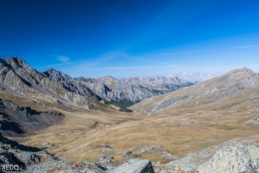 Vue sur la vallée d'Aigue Blanche et les Ecrins depuis les Lacs Blanchet