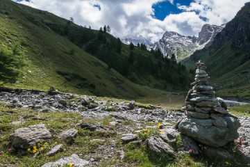 A quoi correspondent les tas de pierres sur les sentiers? Qu'est-ce qu'un cairn ?