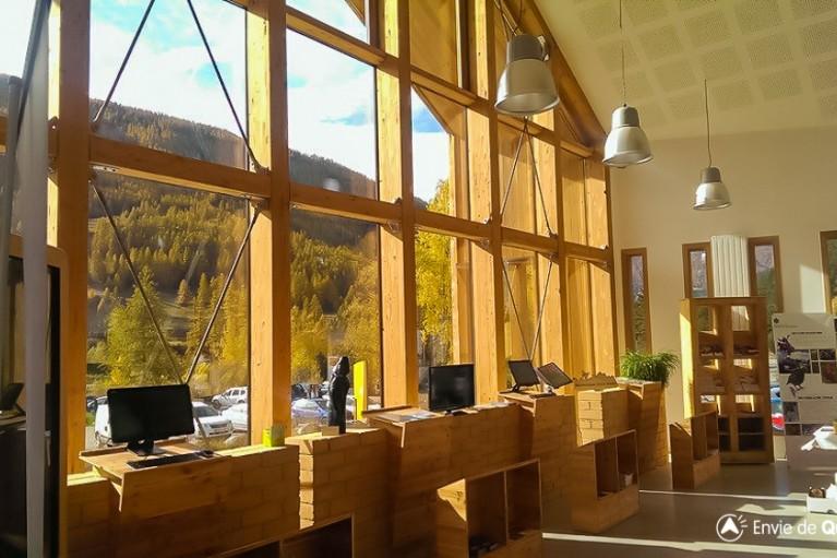 interieur du nouvel office de tourisme du queyras